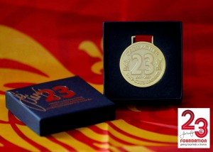 23 Foundation Boxed Charity medalje signert av Jamie Carragher